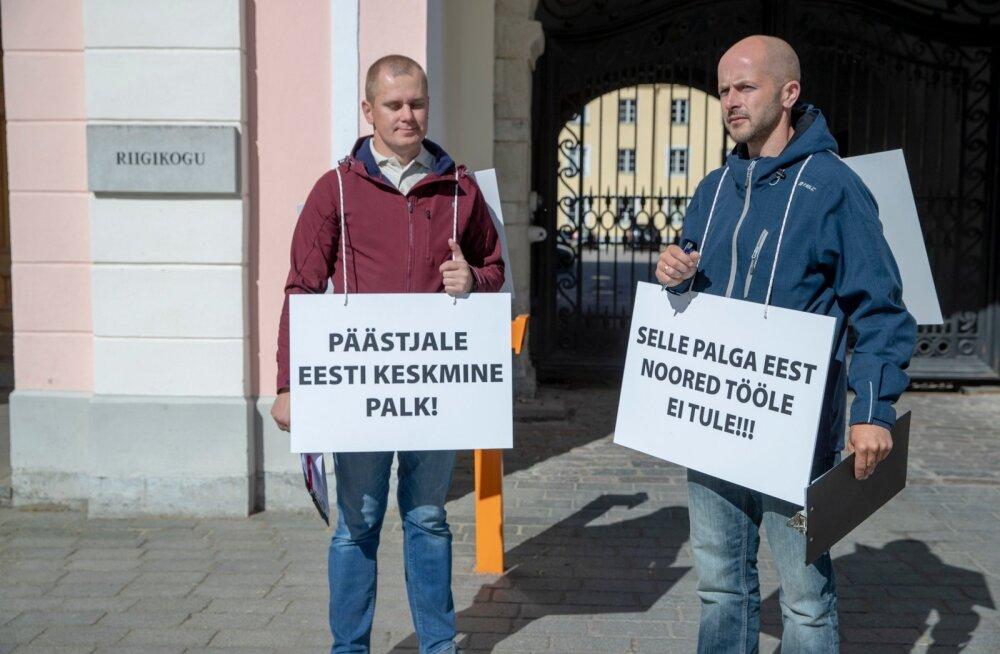 Päästjate meeleavaldus ja allkirjade kogumine palgatõusuks Toompea lossi ees.