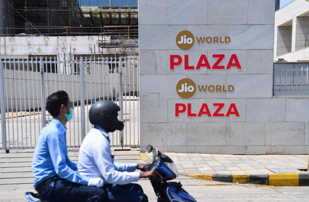 Motoroller Mumbais Jio World Centre'i eest möödumas. Facebook tegi telkoioperaatori harusse ühe India suurima välisinvesteeringu.