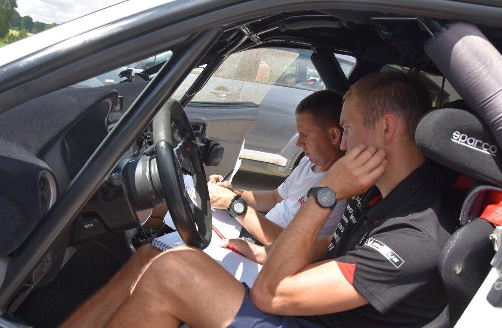 Martin Järveoja (esiplaanil) ja Raigo Mõlder võrdlevad rajaga tutvumisel kirja saanud kiiruslegende.