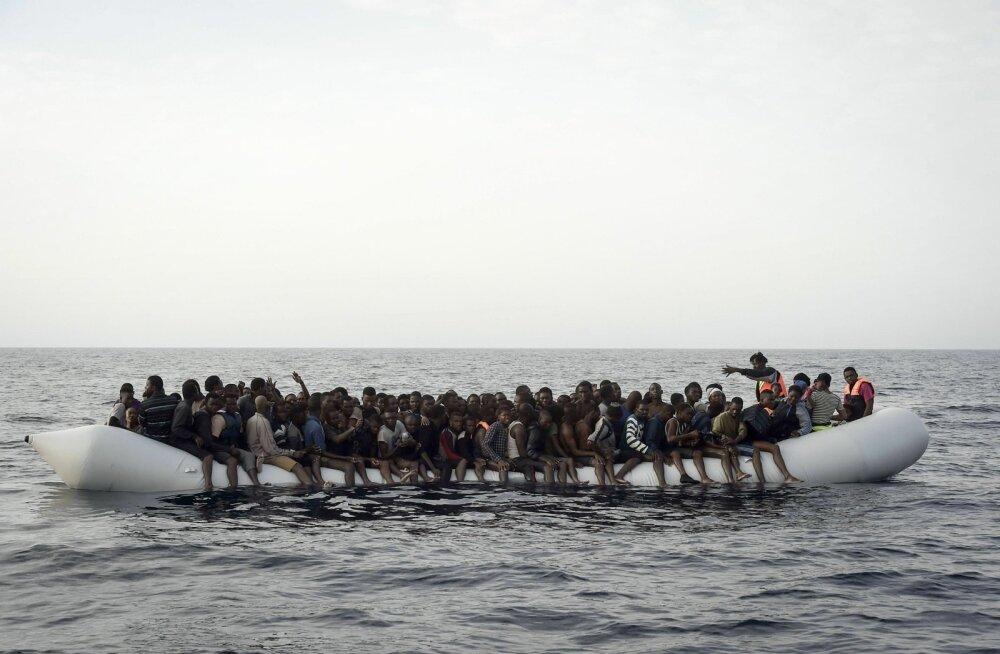 Ajaleht: Itaalia maksab inimsmugeldajatele, et oheldada migratsioonivoolu
