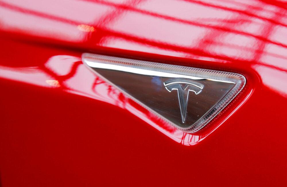 Tesla tahab päikesepaneelide paigaldajat üle võtta