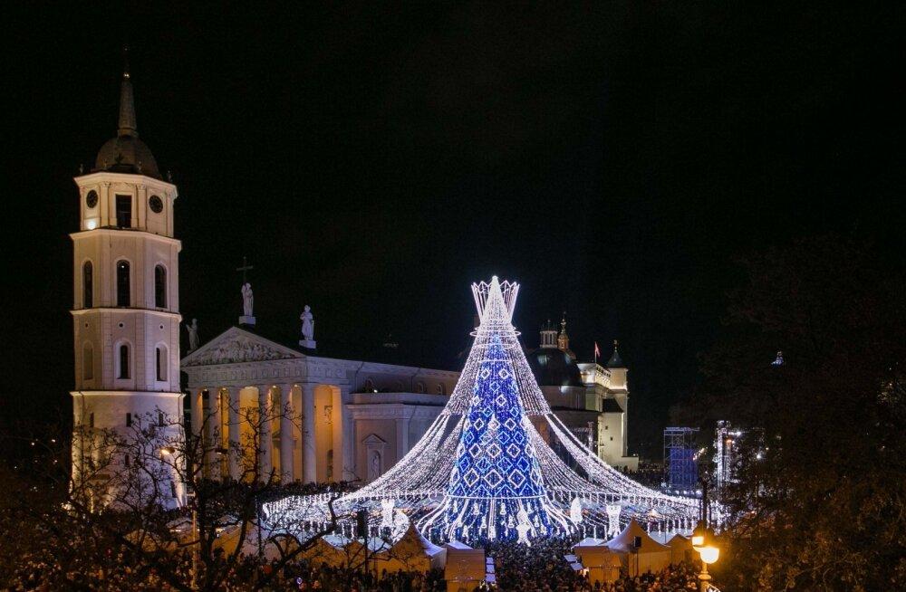 ФОТО. Вильнюс опять всех удивил! Смотрите, какую красивую рождественскую елку поставили в столице Литвы