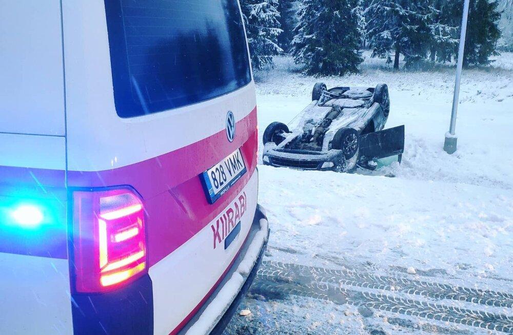 FOTOD | Libedad teed põhjustavad liiklusõnnetusi. Narva lähedal käis sõiduauto üle katuse