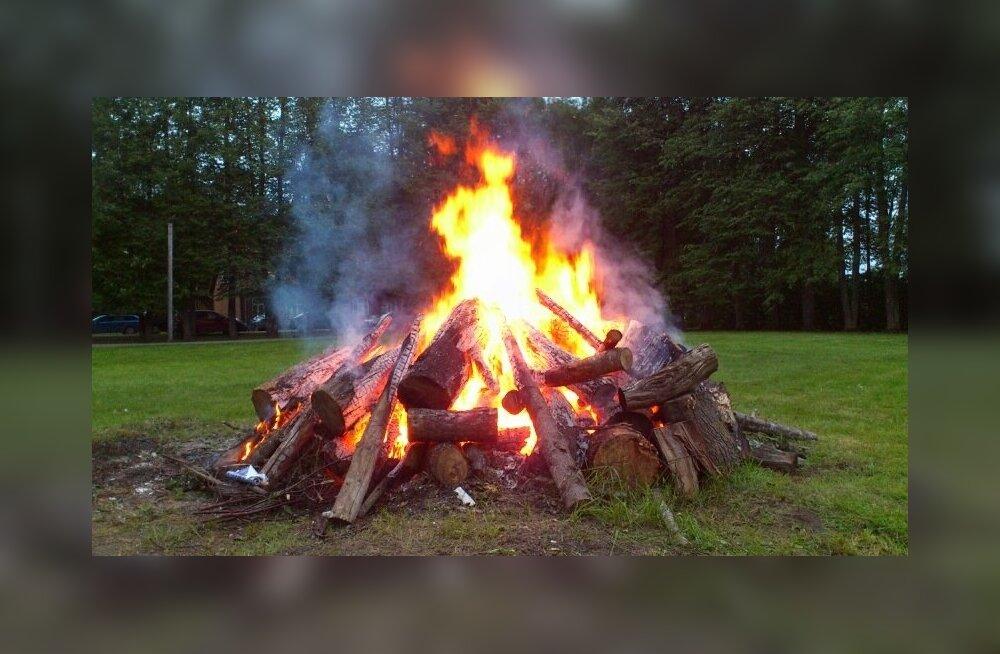 Laulu- ja tantsupeo ühisest tulest süüdatud lõke Sadala simmanil
