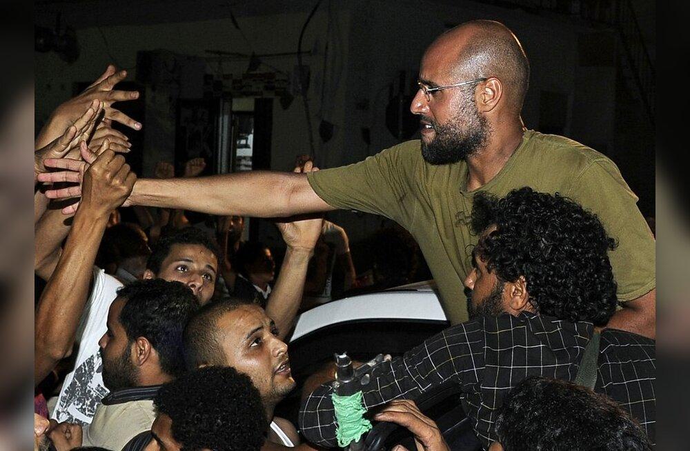 Gaddafi poeg Saif al-Islam koos toetajatega