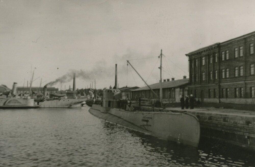 Poola allveelaev Orzel Tallinna sõjasadamas 16.–17. septembril 1939. aastal. Taamal miiniveeskjad Suurop ja Ristna.
