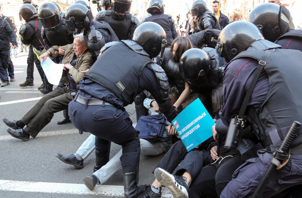 VIDEOD | Peterburis ajas politsei jõhkralt laiali 1. mai rongkäigus osalenud demokraadid