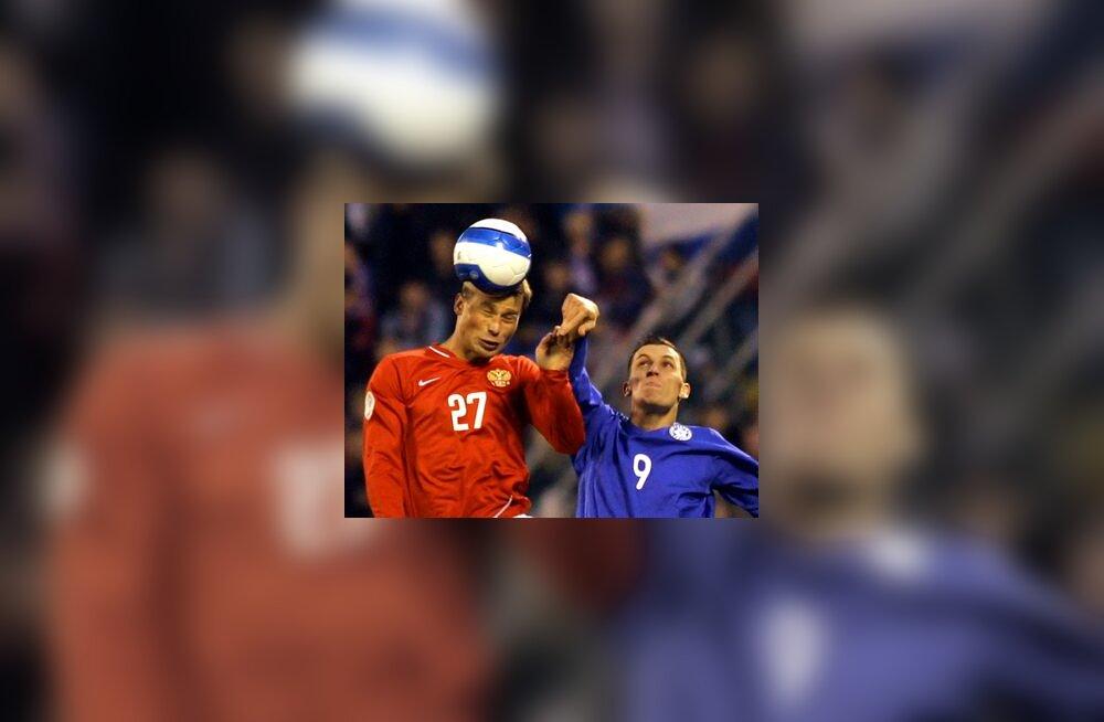 Aleksei Berezutski (Venemaa) ja Ingemar Teever (Eesti) võitluses palli pärast