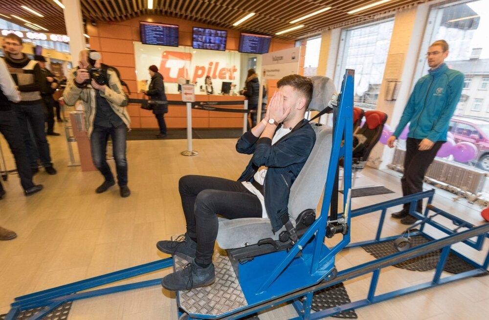 Tallinna bussijaamas saab testida turvavöö vajalikkust laupkokkupõrke simulaatori abil