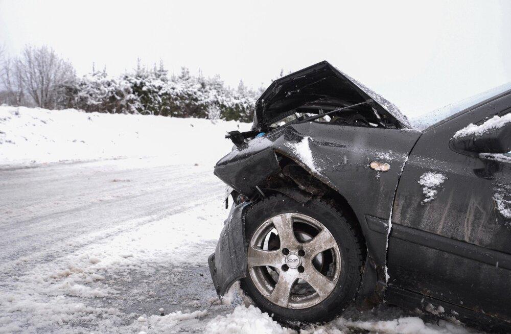 Viljandimaal põrkasid libeduse tõttu kaks autot