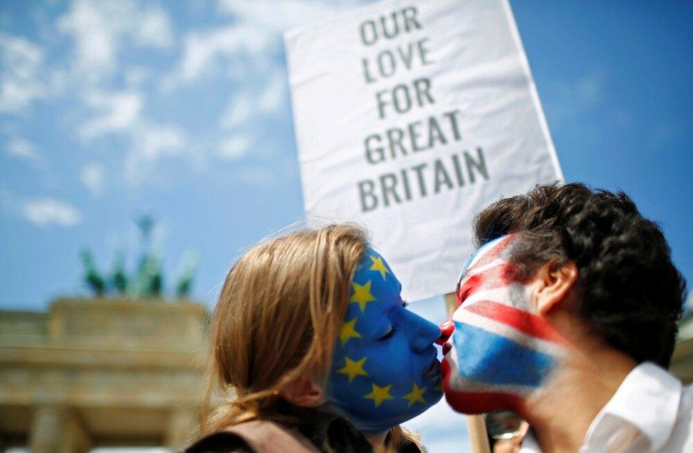 Suurbritannia armastab Euroopa Liitu ja Euroopa Liit armastab Suurbritanniat. Euroopa Liidust lahkumise vastased näitavad oma Suurbritannia-armastust  suudlemisega.