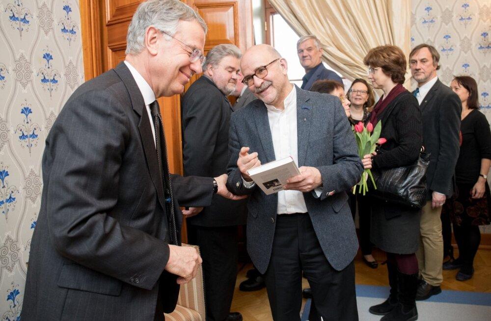 Endist Soome suursaadikut Vene Föderatsioonis ja Saksamaa Liitvabariigis René Nybergi (vasakul) õnnitleb raamatu puhul ajaloolane David Vseviov.