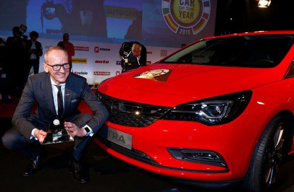 Opel Groupi tegevjuht Karl-Thomas Neumann Opel Astra ja Euroopa aasta auto auhinnaga veebruaris Genfis