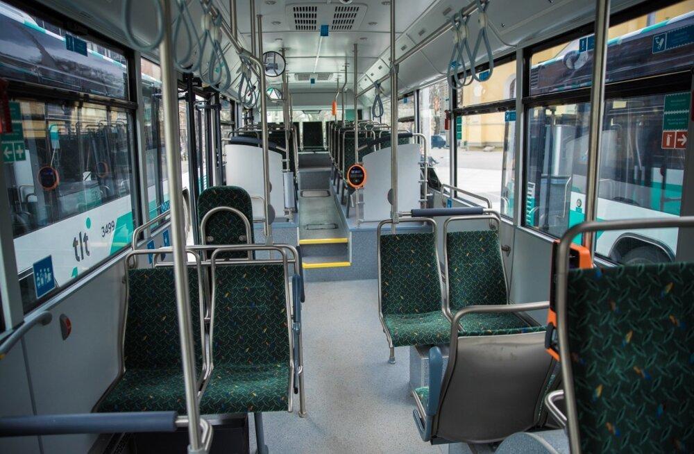Muugal Maxima lähedal sõitis buss kraavi