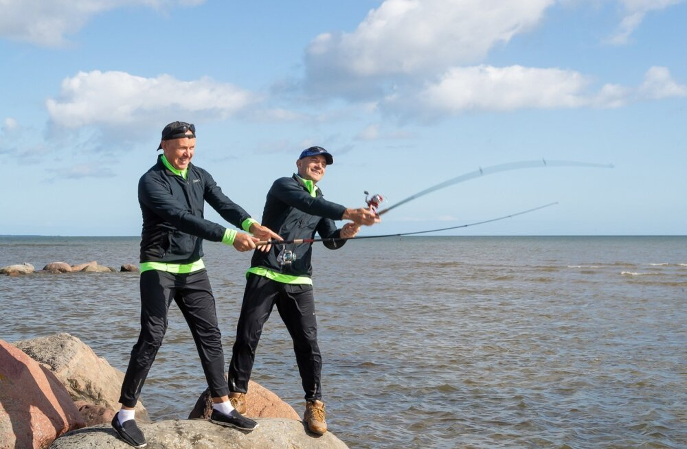 Andres (vasakul) ja Oleg Sõnajalg Saaremaal Salmes puhkehetkel kala püüdmas