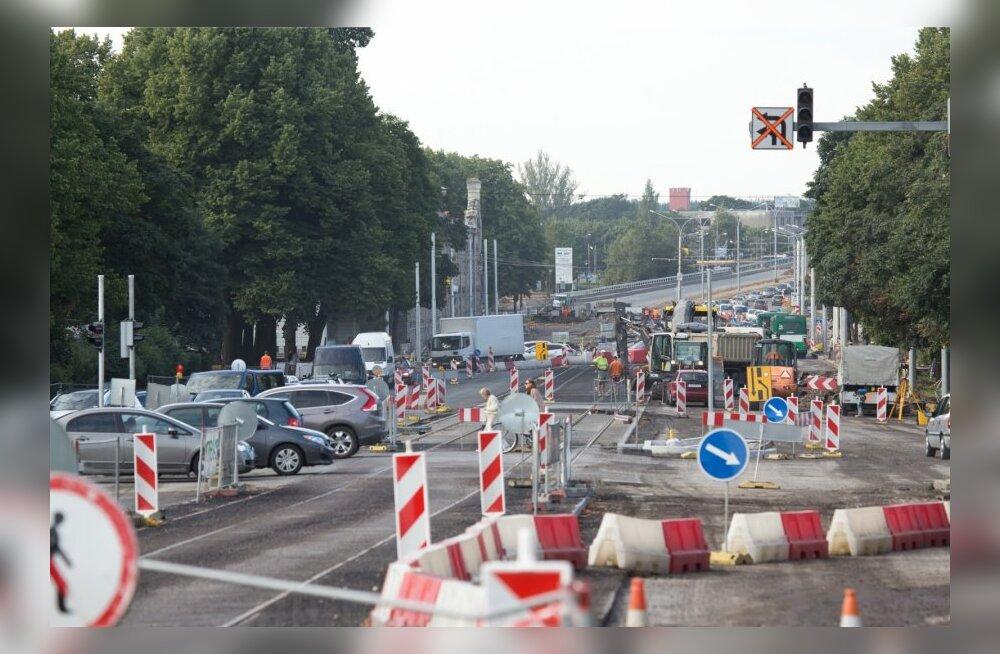 Pärnu maantee – Liivalaia tänava ristmikul asfalteerimistööd