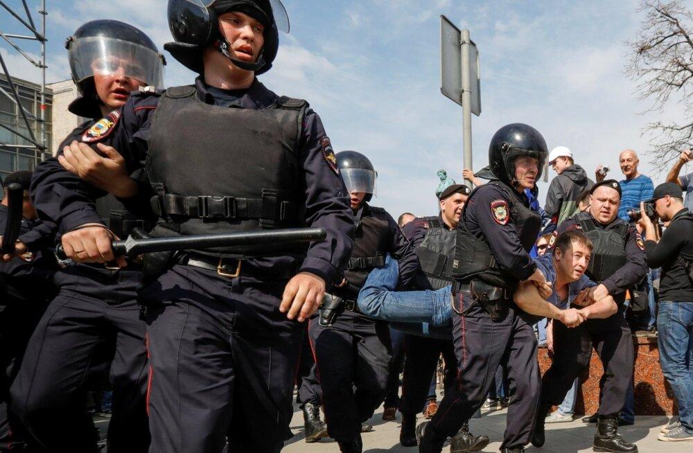 Aleksei Navalnõi vabastati kohtuistungini, 1600 inimest peeti kinni