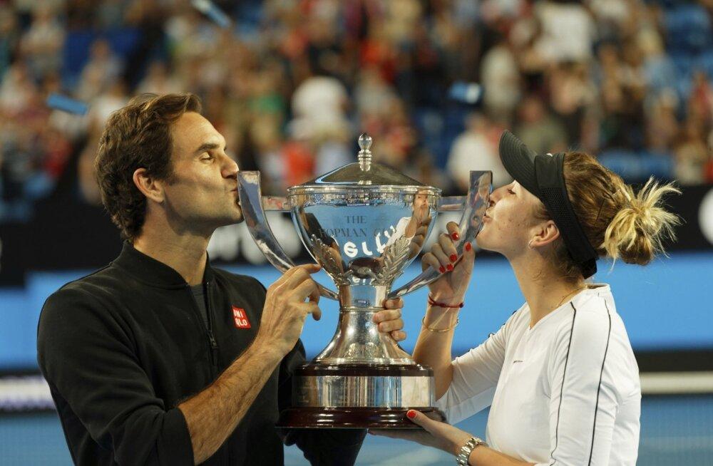 Roger Federer ja Belinda Bencic võidukarikat suudlemas