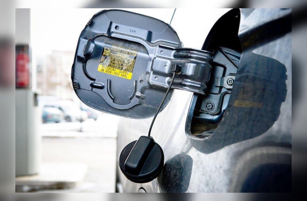 Uurime müüti – mis juhtub, kui auto bensiinipaaki suhkrut kallata