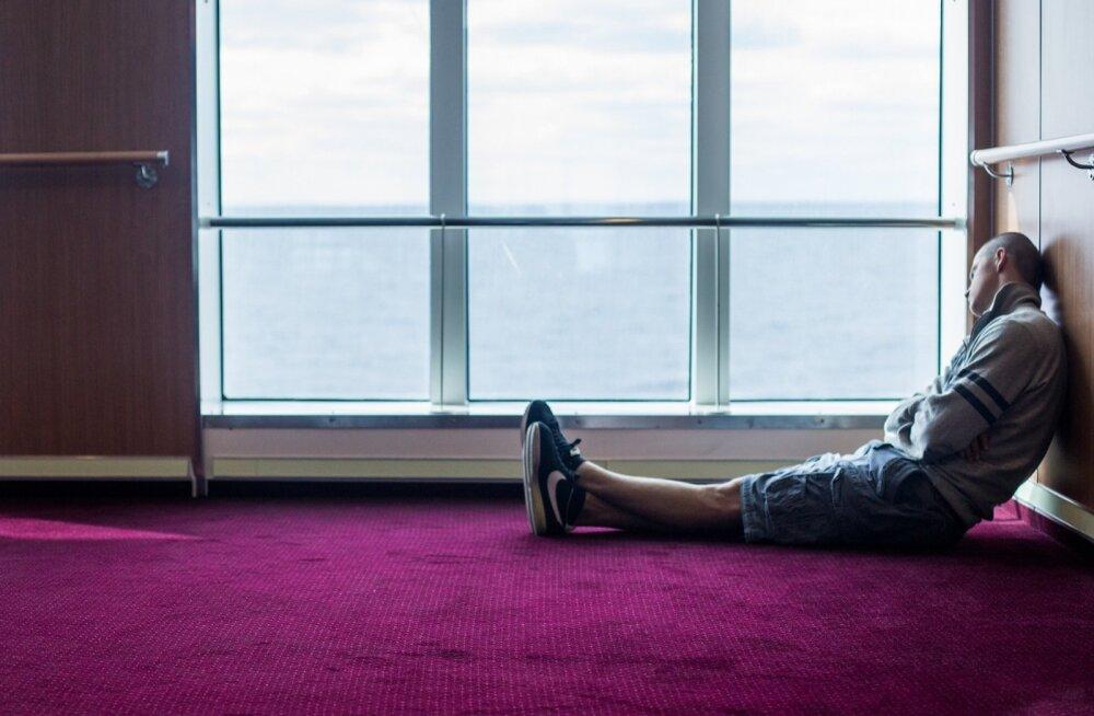 Avalikult päevasel ajal magamine on läänemaailmas taunitav, aga näiteks Jaapanis ja Hiinas on väiksed uinakud täiesti tavalised. Pildil tukub noormees, kes on teel Tallinnast Helsingisse. Pikk töölesõidu teekond on üks võimalus end välja puhata.