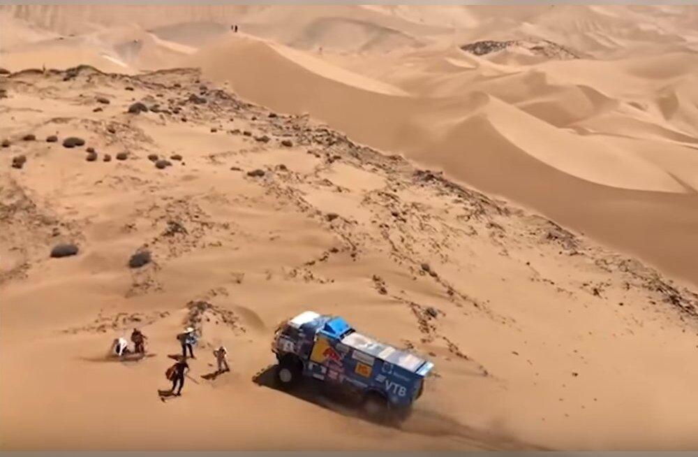 VIDEO   Venelane sõitis Dakari rallil pealtvaataja jalast üle ning sai disklahvi. Sõitja ei saanud arugi, mis juhtus