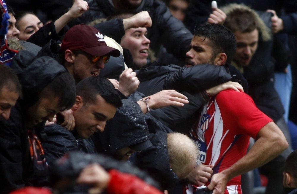 Diego Costa koos publikuga väravat tähistamas.