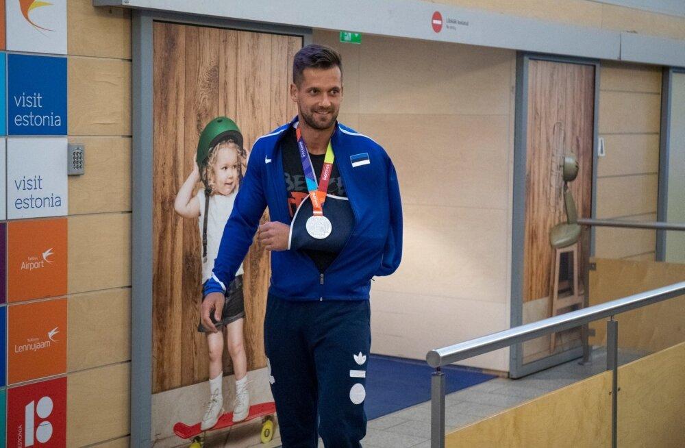 Medalimees Magnus Kirt saabus üleeile hilisõhtul Dohast ja võeti lennujaamas pidulikult vastu.