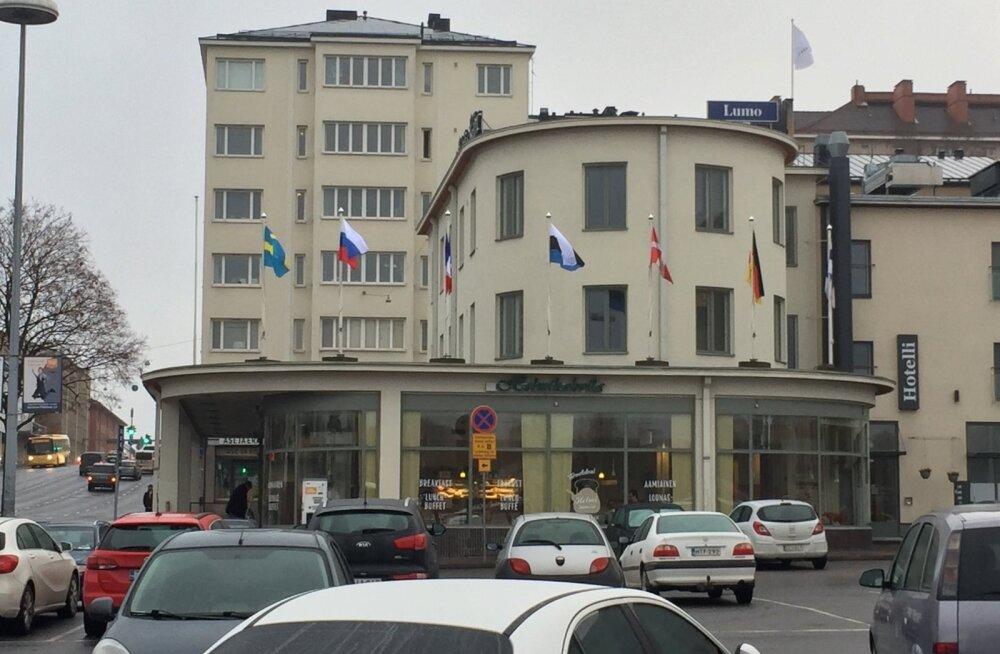 ФОТО: В Финляндии на крыше отеля красуется перевернутый флаг Эстонии