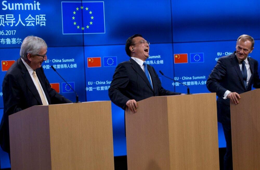 Hiina peaminister Li Keqiang (keskel) naeris Hiina ja EL-i kohtumise pressikonverentsil mõnuga. Muie tuli suule ka Euroopa ülemkogu presidendil Donald Tuskil (paremal) ja Euroopa Komisjoni presidendil Jean-Claude Junckeril.