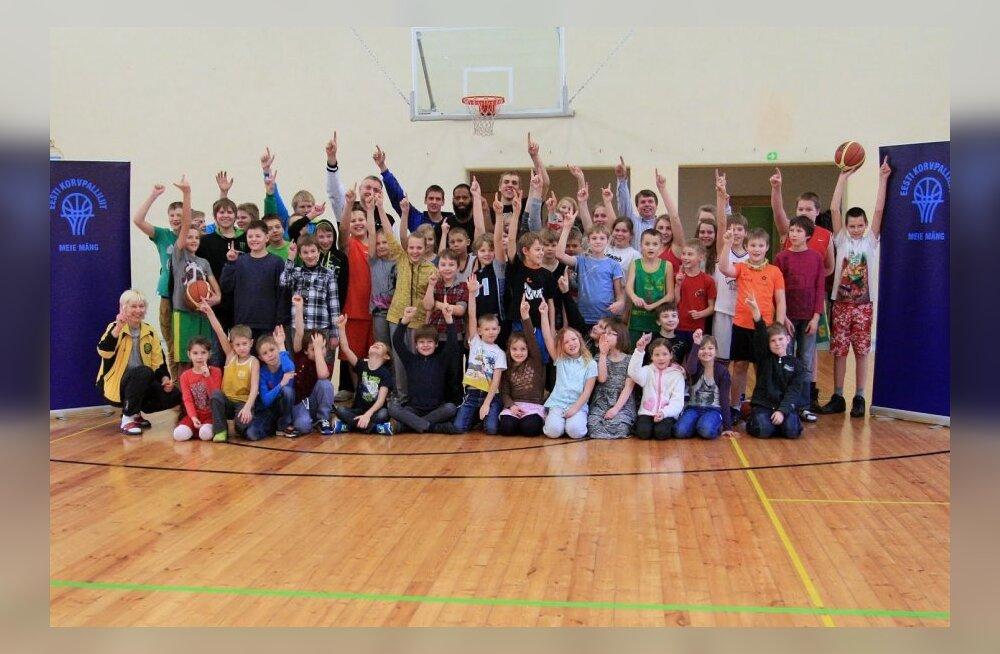 TÜ/Rocki liikmed ühispildil Vastse-Kuuste kooliõpilastega