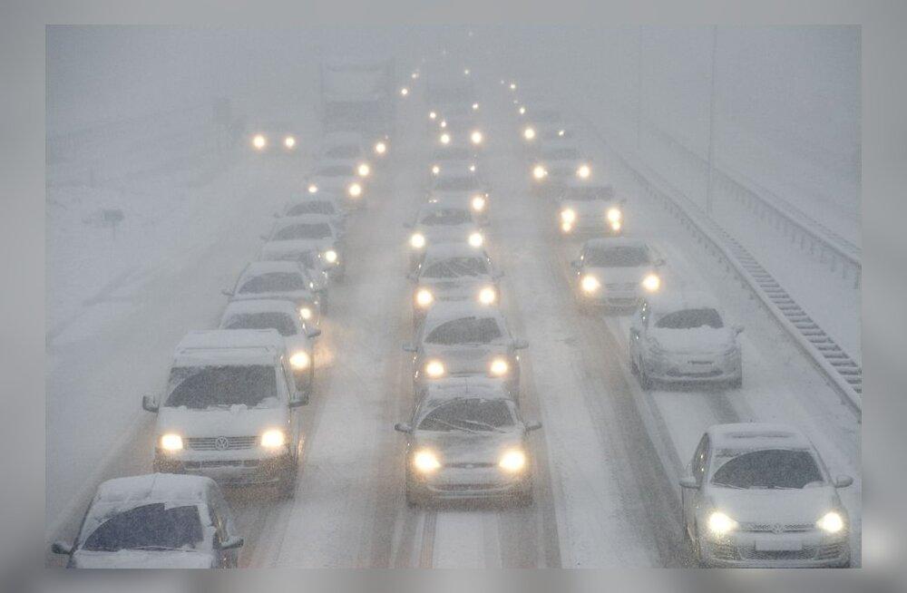 Maanteeinfo: mitmel pool tuiskab ja sajus on nähtavus halb