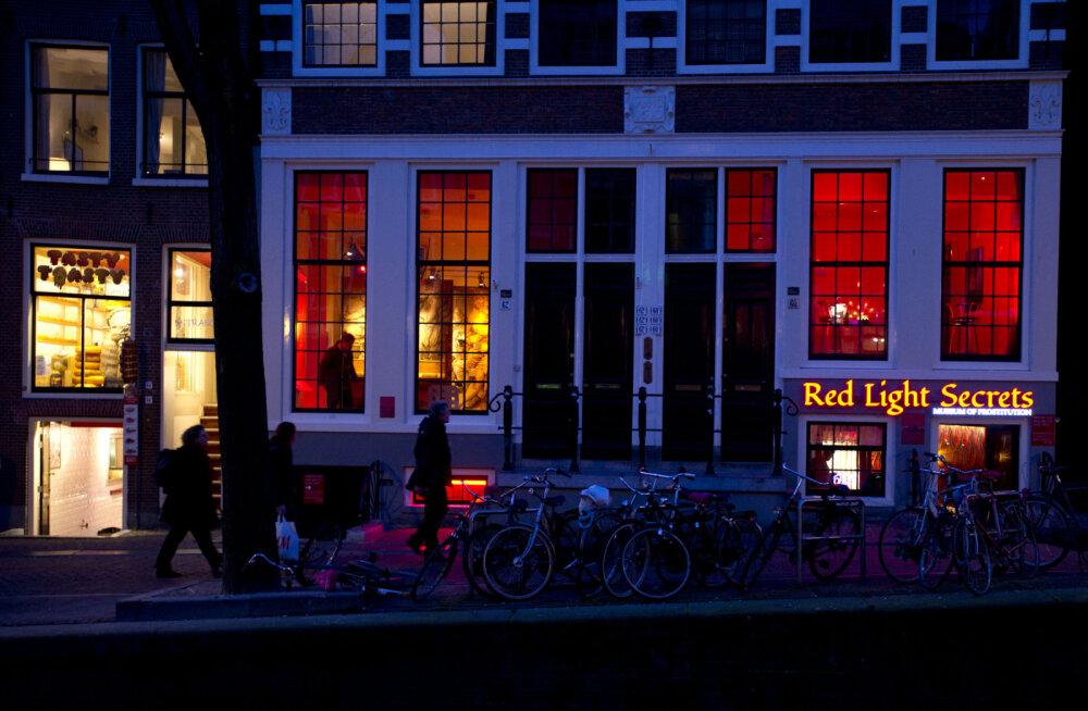 Власти Амстердама перестанут пускать на экскурсии в квартал красных фонарей с 2020 года