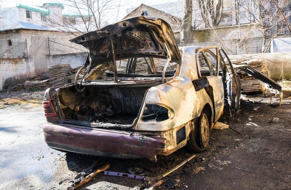 Niine 11 parklas maani maha põlenud Mercedes-Benz