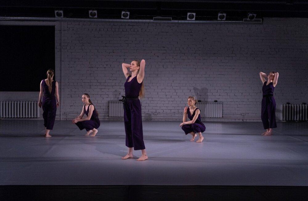 Viis tantsijat loovad kordustel põhineva hüpnootilise ruumi.