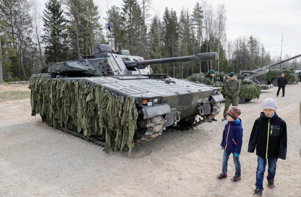 Kevadtormi külalistepäeval tutvustati sõjamasinaid.