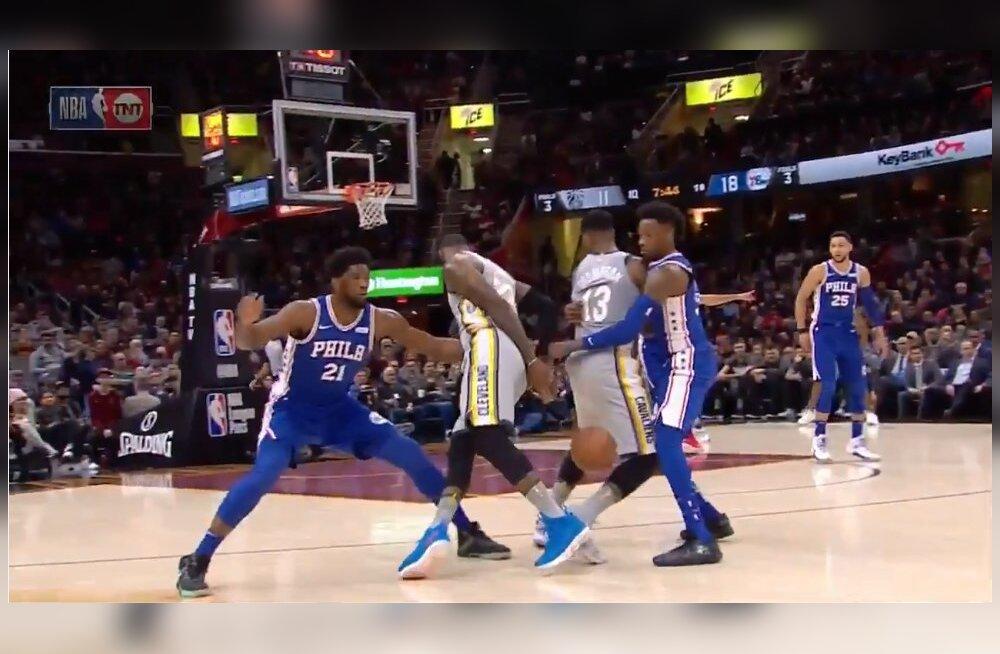 VIDEO | Fantastiline osavus või pime õnn? LeBron James põrgatas palli läbi uskumatult väikese pilu