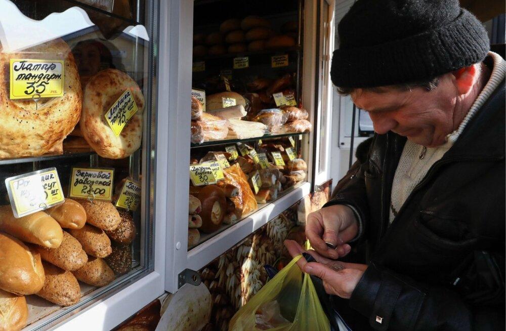 Mees Venemaal leivatooteid ostmas.