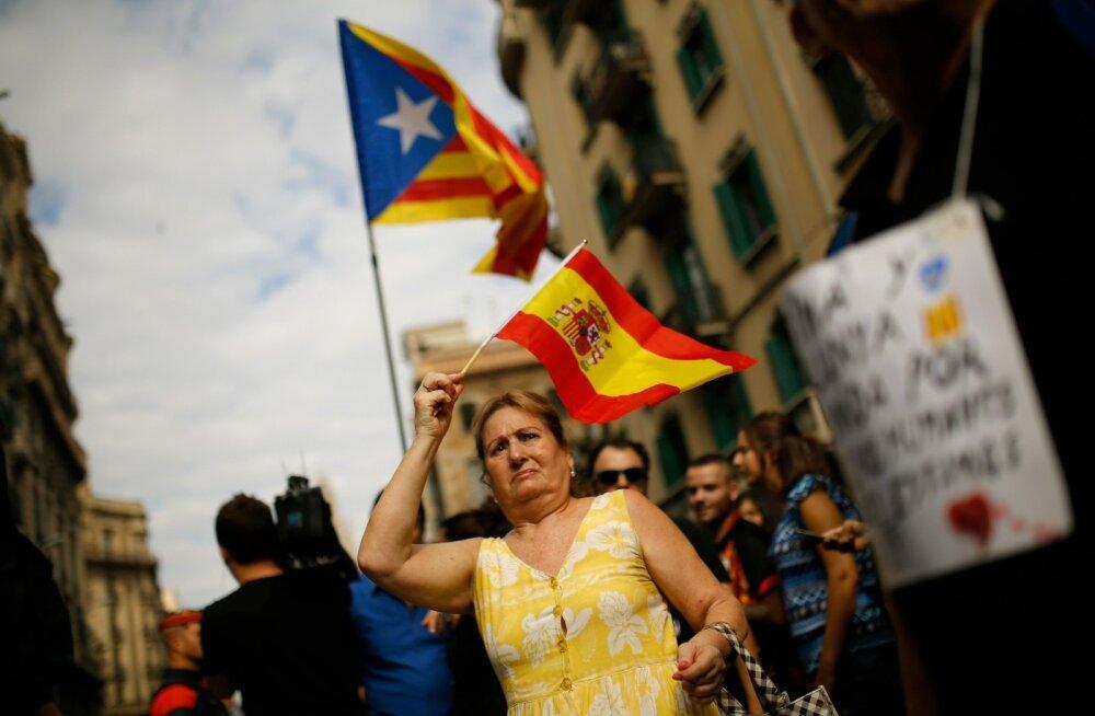 Hispaania lipuga meeleavaldaja sel nädalal Barcelonas politsei peakorteri juures. Taamal iseseisvusmeelsed katalaani meeleavaldajad.