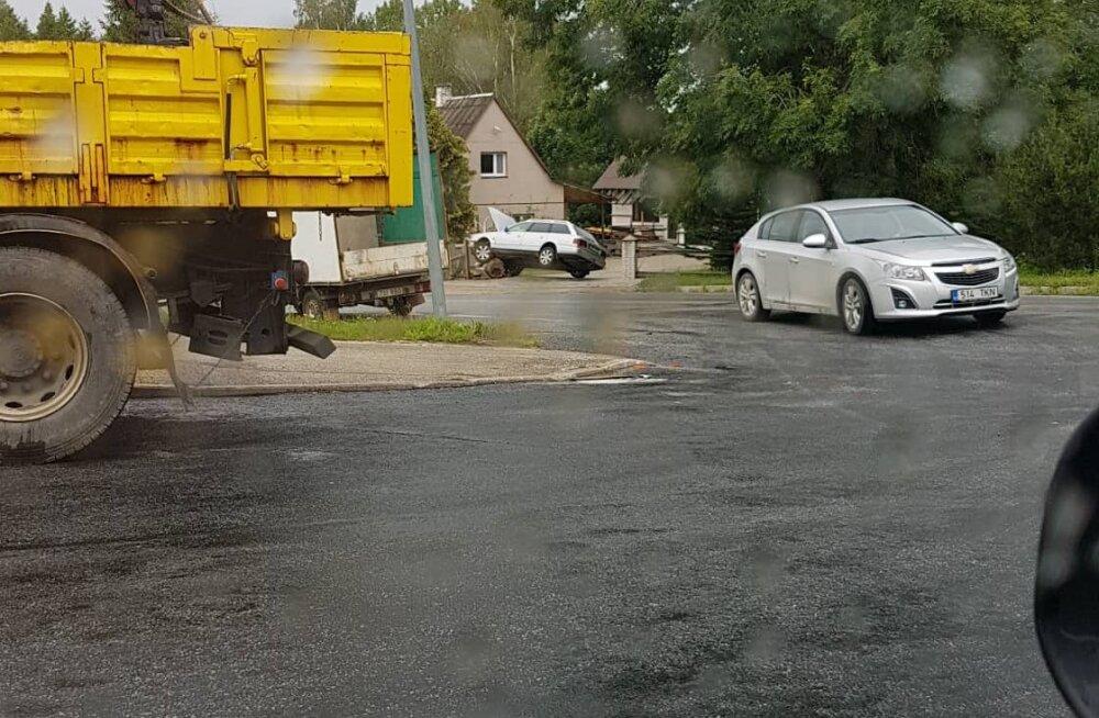 FOTO | Otepääl paiskus mikrobussiga kokku põrganud sõiduauto vastu aeda