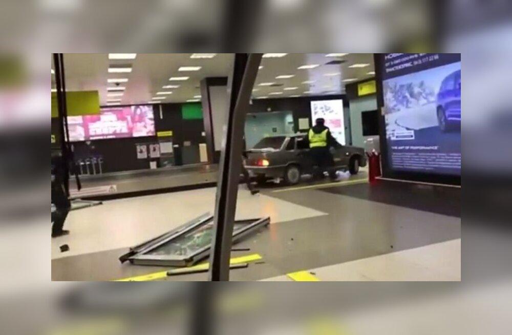VIDEO: Võimalik vaid Venemaal! Politsei eest põgenev roolijoodik tiirutas Kaasani lennujaama terminalis