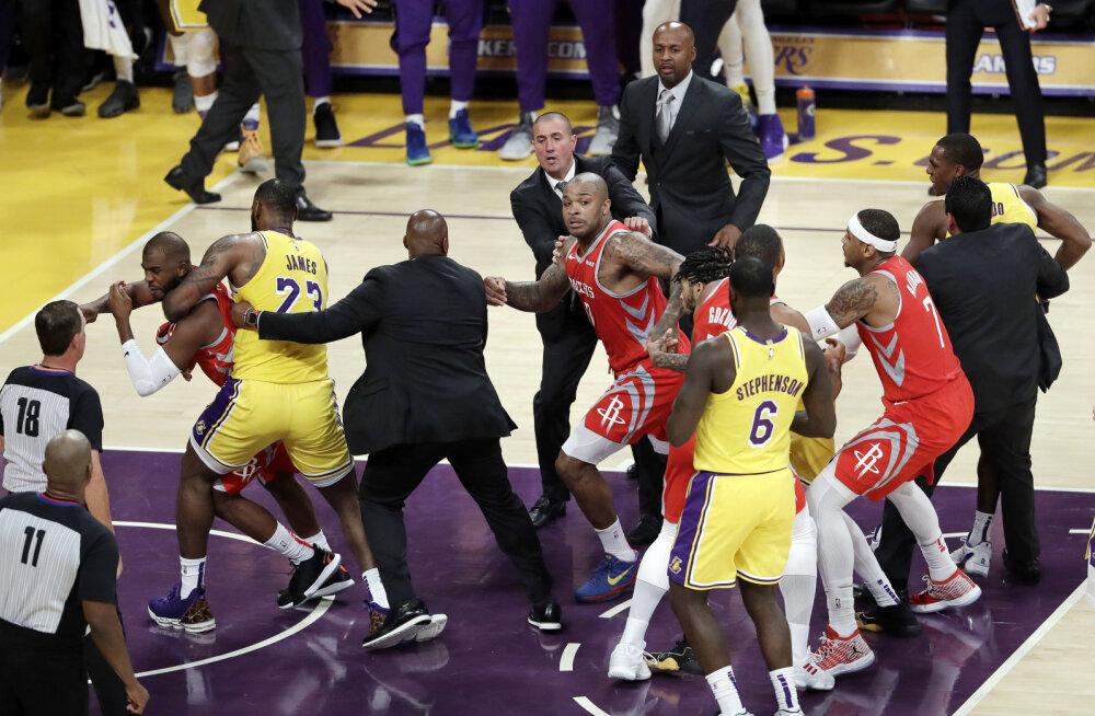 VIDEO | Lakersi ja Rocketsi tähtede vahel läks tõeliselt inetuks madinaks: Rajon Rondo virutas Chris Paulile rusikaga näkku, soolas on mängukeelud