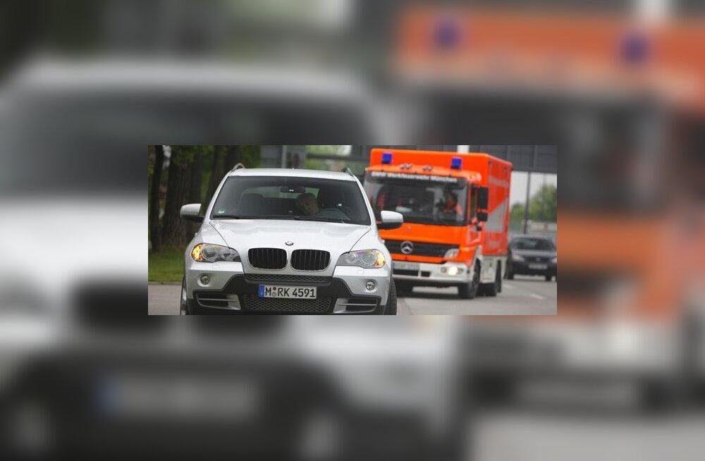 Teadvuse kaotanud juhiga BMW suudab ise turvaliselt seisma jääda