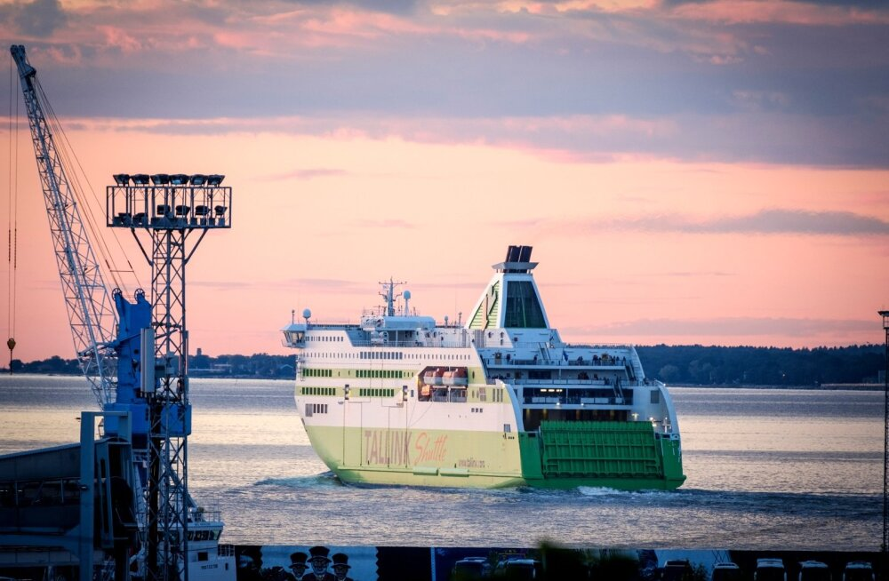 Tallink Shuttle päikeseloojangul