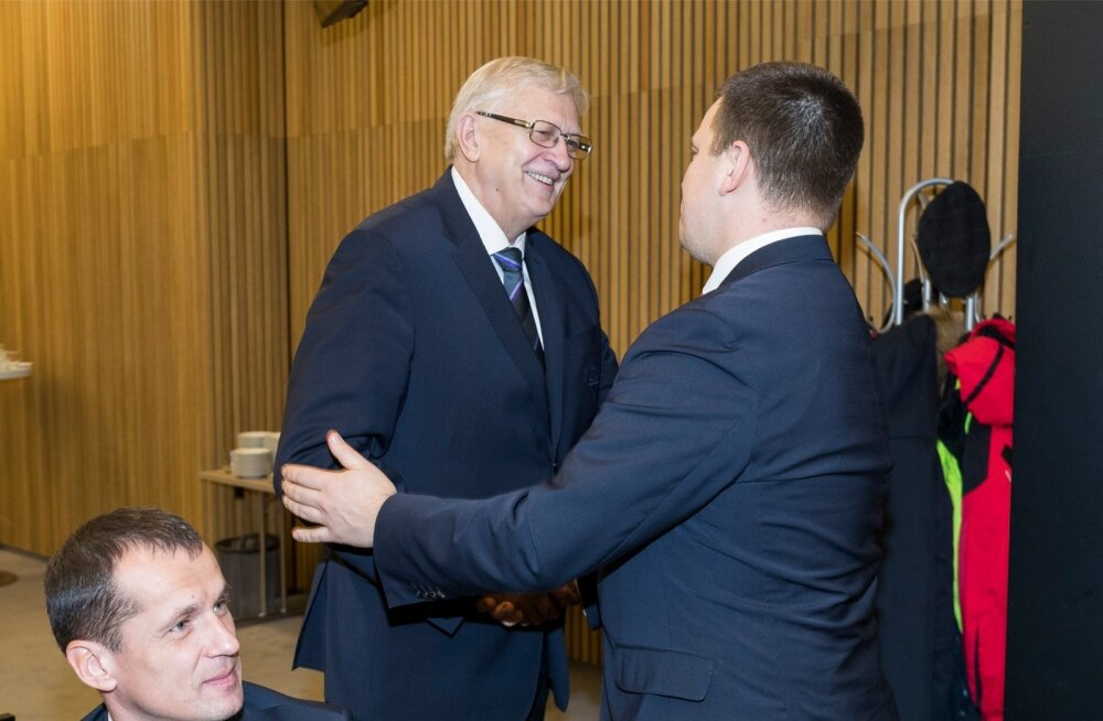 Jüri Ratas (paremal) soovib temalt korvpalliliidu juhtimise endale saanud Jaak Salumetsale jõudu.All vasakus nurgas on liidu juhatuse liige, kohtunik Aare Halliko.