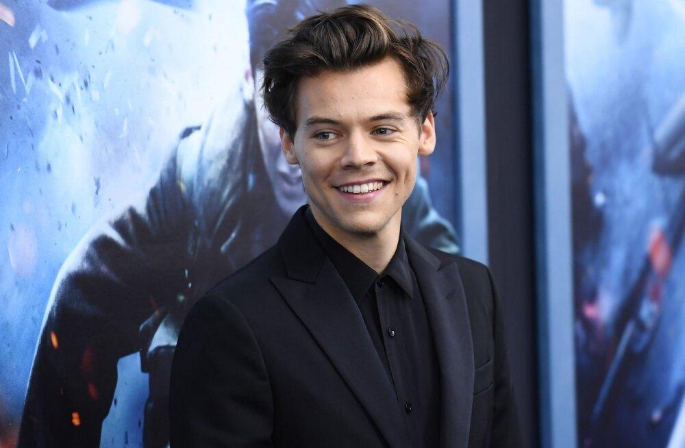 KLÕPS | Tundmatuseni muutunud: Harry Styles üllatas fänne uue ja kõvasti lühema soenguga