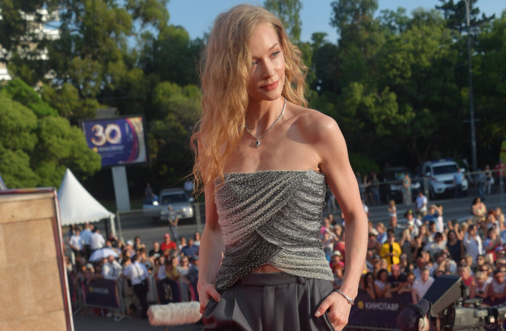 ФОТО: Светлана Ходченкова устроила фотосессию в стильном черном платье