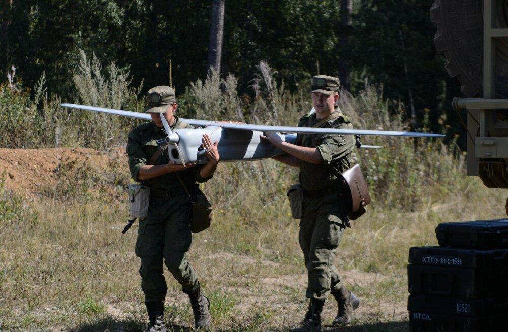 Vene sõdurid drooniga, mida kasutatakse elektrooniliste signaalide segamiseks. Elektroonilise sõja harjutamisele pannakse tänavu suurt rõhku.