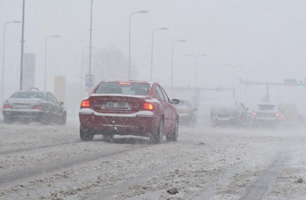 Liikluspiirangud ja teeolud: teed on kuivad, aga lumesadu jätkub