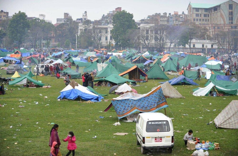 FOTOD: Nepali maavärinas hukkunute arv on tõusnud üle 3600, magatakse tänavatel