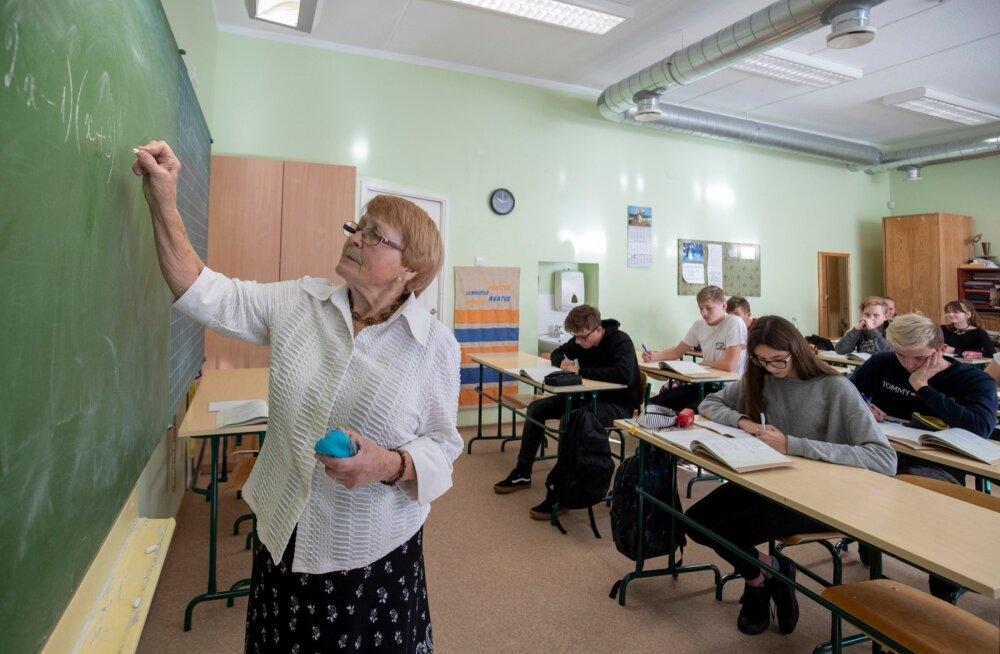 Õpilaste sõnul on õpetaja Koppelmann väga kaval, sest laseb sageli õpilastel õpetada kaasõpilasi. Õpetaja sõnul oskab just õpilane ise teise lapse murest kõige paremini aru saada ja talle asja selgeks teha.